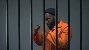 Schattenboxen des männlichen Gefangenen des Afroamerikaners in der Zelle, verfügbares Hobby, kriminell stock video