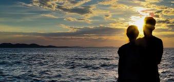 Schattenpaare mit einem Sonnenunterganghintergrund stockbild