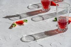 Schattenspiel von den Gläsern und von den Erdbeeren lizenzfreies stockbild