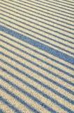 Schattenzeilen auf Asphalt Stockfoto
