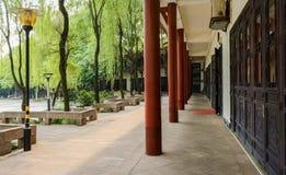 Schattierte Kolonnade des chinesischen traditionellen Gebäudes im sonnigen Sommer lizenzfreie stockbilder