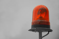 Schattiertes rotes Leuchtfeuer auf gelbem Gestänge-WARNING Stockfotografie