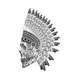 Schattierung Scull mit mit Federn versehenem Krieg bannet in zentangle Art, Kopf Lizenzfreies Stockbild