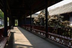 Schattige alte chinesische Galerie am sonnigen Tag Lizenzfreie Stockfotografie