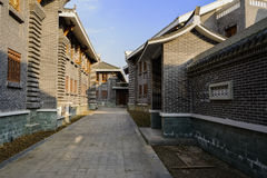 Schattige Gasse zwischen archaised traditionellen Gebäuden in sonnigem Achtern Lizenzfreies Stockfoto