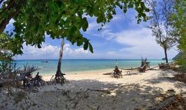 Schattiger Strand auf Poda-Insel, Thailand lizenzfreie stockfotos