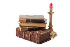 Schatulle, alte Bücher und Messingkerzenleuchter Lizenzfreies Stockbild