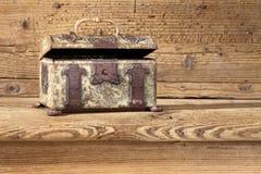 Schatulle, die auf dem Holztisch stillsteht Stockfotos