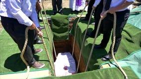Schatulle, die in Beerdigungsstandort am Kirchhof niedriger ist stock video