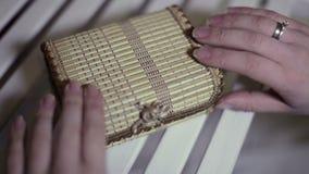 Schatulle mit einer Überraschung stock video footage