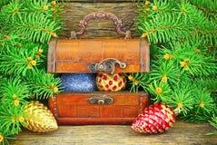 Schatulle mit Geschenken, Weihnachtsspielwaren, nahe dem Baum des neuen Jahres. Stockfotos