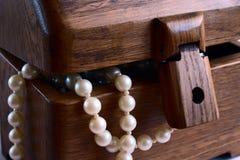 Schatulle mit Perlenkornen stockbild