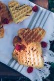 Schatz formte Waffeln mit Himbeerzum nachtisch Picknick im Freien im Garten Lizenzfreie Stockfotos
