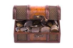 Schatz-Kasten mit verschiedenen Arten der Münzen stockbild