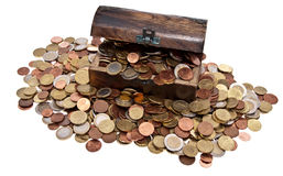 Schatz mit Euro-Münzen (Gesamtansicht) Stockfoto