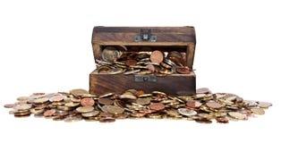 Schatz mit Euro-Münzen (Gesamtansicht) Stockfotografie