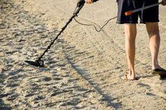 Schatzjäger auf dem Strand. lizenzfreies stockfoto