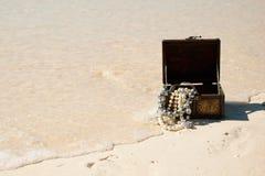 Schatztruhe auf dem Strand Stockbild