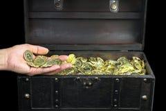 Schatztruhe gefüllt mit Goldmünzen Lizenzfreies Stockbild