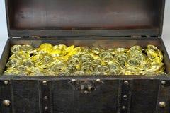 Schatztruhe gefüllt mit Goldmünzen Lizenzfreie Stockbilder