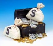 SCHATZTRUHE MIT GOLD-UND GELD-TASCHEN Lizenzfreies Stockfoto