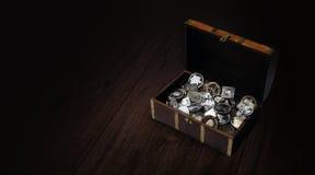Schatztruhe mit Silbermünzen Stockfotos