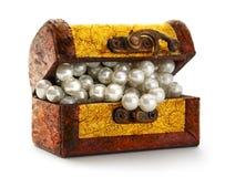 Schatztruhe mit weißer Perle Stockbilder