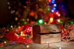 Schatztruhe mit Weihnachtsdekorationen Lizenzfreies Stockbild