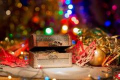 Schatztruhe mit Weihnachtsdekorationen Stockfotografie