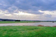 Schauen über dem Auchenharvie See und Driving-Range zum Schleppseil lizenzfreies stockfoto