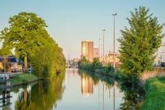 Schauen über dem Kanal in Richtung zur Almelo-Zentralbahnstation Lizenzfreie Stockfotografie
