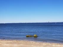 Schauen über dem Wasser an einem Crystal Clear Blue Sky Sunny-Tag lizenzfreie stockbilder
