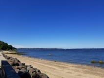 Schauen über dem Wasser an einem Crystal Clear Blue Sky Sunny-Tag stockfotografie