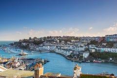 Schauen über den Dachspitzen von Jachthafen und von Hafen Brixham in Süd-Devon stockbilder