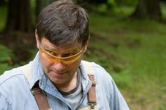 Schauen über den Gläsern, die heraus es überprüfen Lizenzfreie Stockfotos