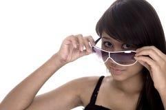 Schauen über Sonnenbrillen Stockfoto
