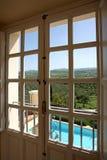 Schauen aus einem Fenster zu einem schönen sonnigen Tag heraus Stockfoto