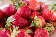 Schauen der geschmackvollen großen frischen Erdbeere lizenzfreie stockfotos