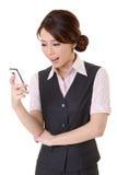 Schauen der Meldung am Handy stockfotos