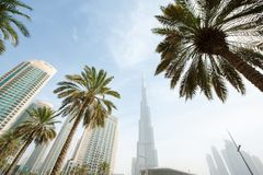 Schauen an der Spitze der Welt mit Burj Khalifa Stockbilder