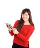 Schauen des asiatischen Mädchens, das Tablette hält Lizenzfreies Stockbild