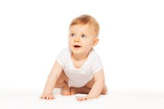 Schauen des überraschten kleinen Babys auf der weißen Decke Stockfotografie