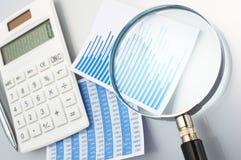 Schauen des Diagramms mit Lupe Berechnung, stellend und a grafisch dar Lizenzfreies Stockfoto