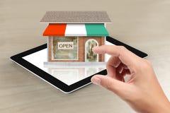 Schauen des Shops von der Tablette Lizenzfreie Stockbilder