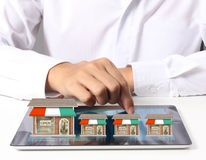 Schauen des Shops von der Tablette Stockbilder