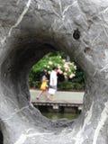 Schauen durch das Loch Stockfotos