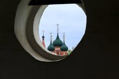Schauen durch den Glockenturm des Klosters Lizenzfreie Stockbilder