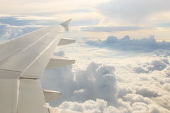 Schauen durch die Fensterflugzeuge während des Fluges Stockfotografie