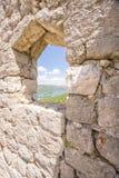 Schauen durch ein Fenster in den Wänden von Ston Stockbild