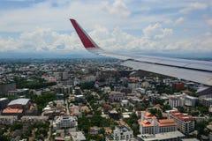 Schauen durch Fensterflugzeuge während des Fluges Lizenzfreies Stockfoto